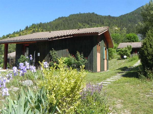 Village vacances de 12 chalets dr me chanteduc - Location vacances drome avec piscine ...