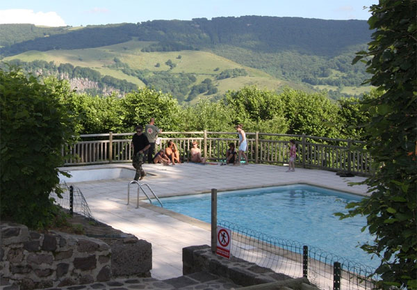 Gite avec piscine chauff e cantal ferme de trielle for Cantal camping avec piscine