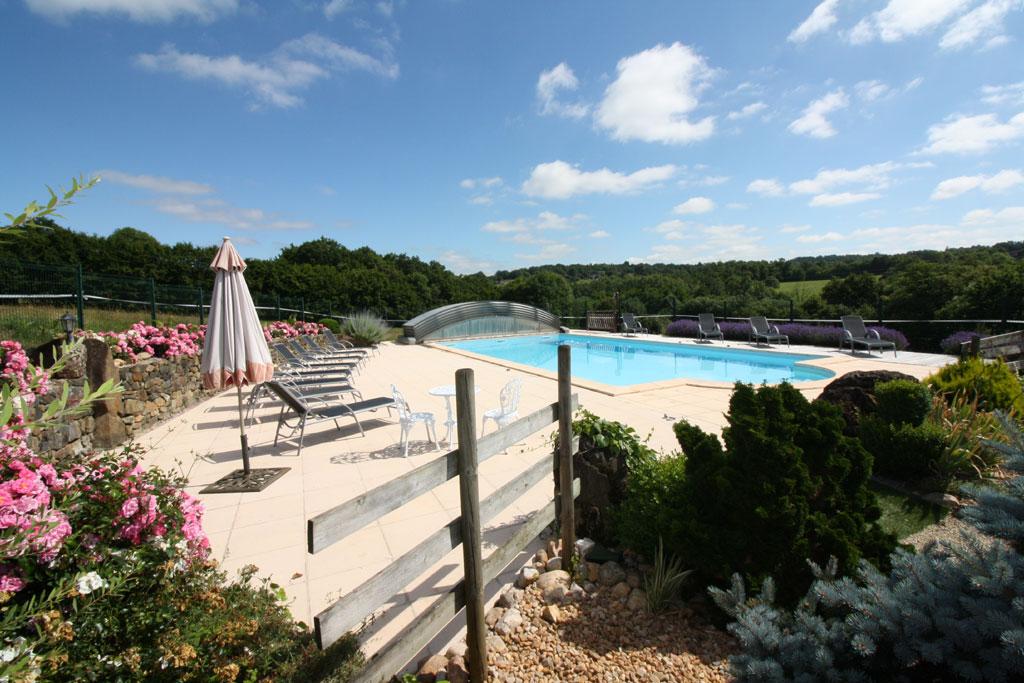 Gites avec piscine dordogne domaine de la rebi re for Centre de vacances avec piscine couverte