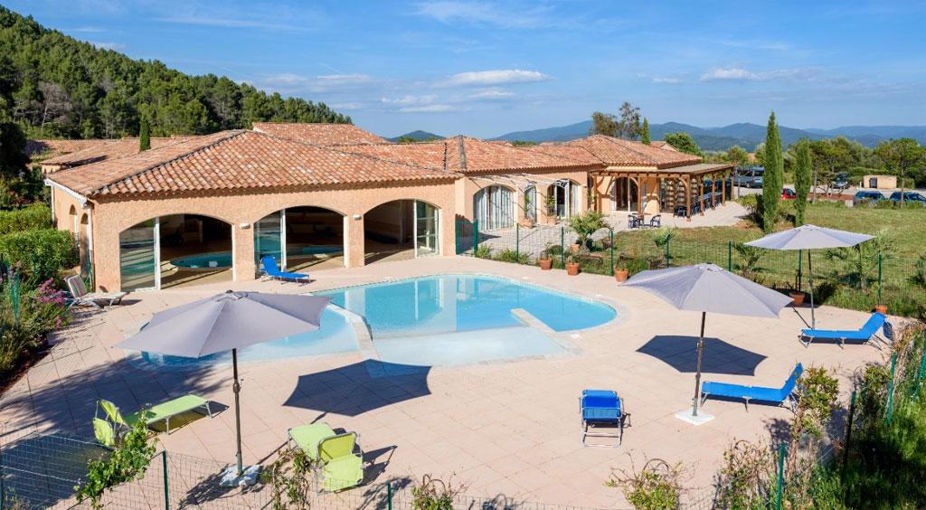 Village de gites avec piscine d 39 int rieur et pataugeoire ext rieure var village vacances lou - Village vacances auvergne piscine ...